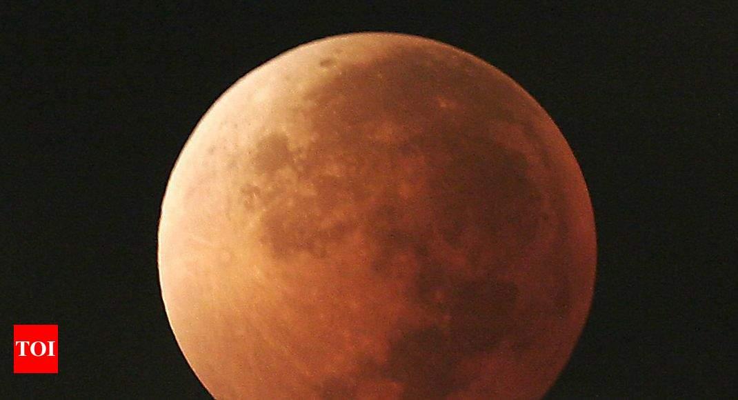 essay on moon in hindi language
