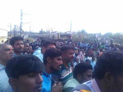 Protest by commuters affects suburban trains on Chengalpet –Tambaram