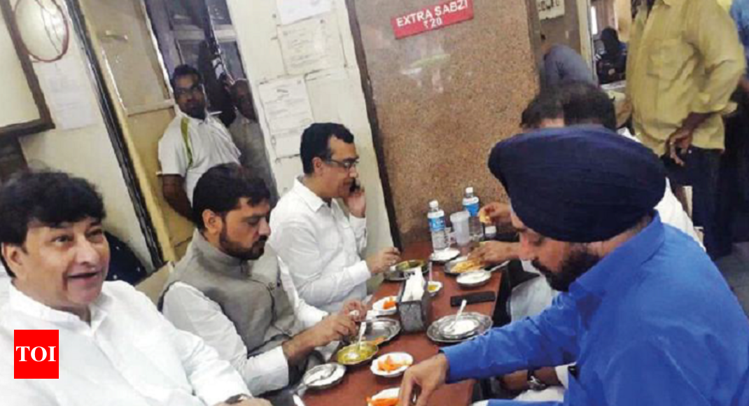Picture shows congress leaders feasting before fasting for Farcical hindi
