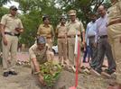 Police officers lend helping hand for welfare week in Aurangabad