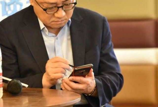Samsung CEO DJ Koh spotted using the upcoming Galaxy Note 9