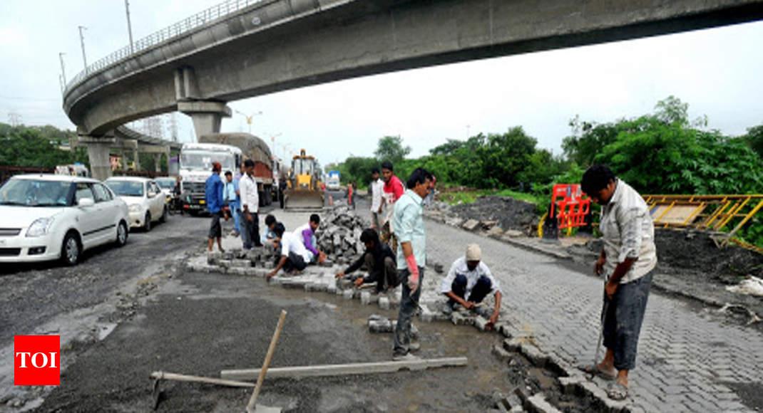 Potholes row: Civic officials allege contractor-neta nexus | Mumbai News