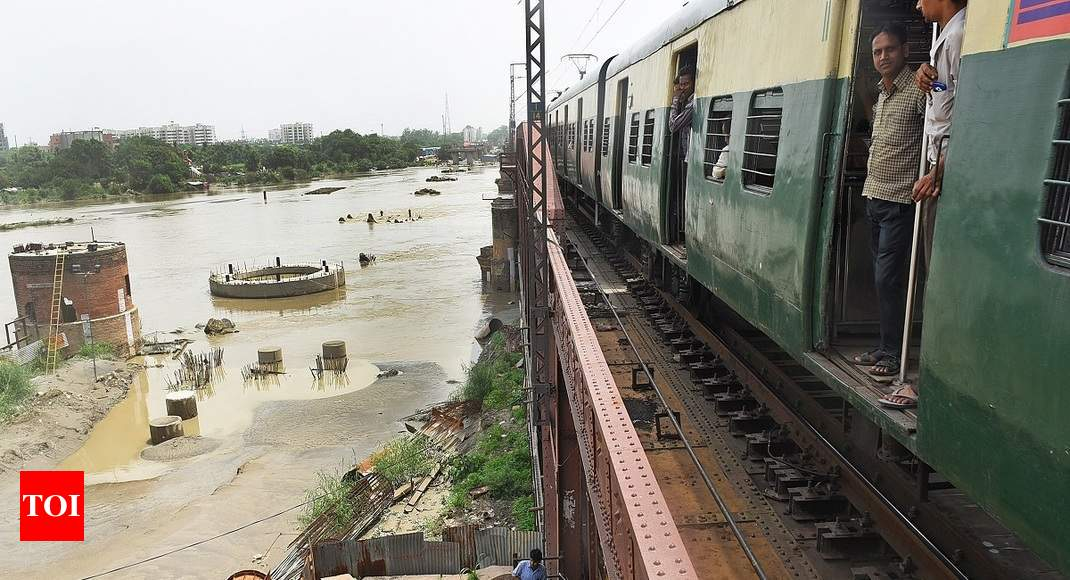 Delhi: Yamuna water level continues to rise, over 1,000 evacuated from low-lying areas - Times of India