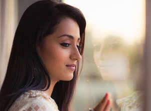 Trisha to perform stylish stunts in 'Paramapadham Vilayattu'