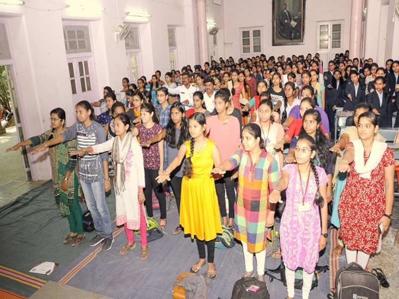 Traffic Sndt Students Take Oath To Help Accident Victims Events Movie News Times Of India