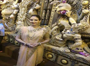 Photo: Esha Deol's pandal-hopping in Kolkata Durga Puja