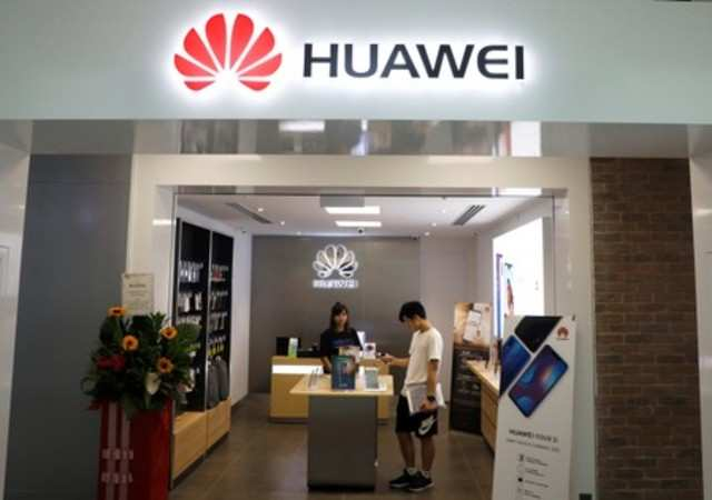 Huawei makes fun of Apple, Samsung for slowing older phones but it forgot one thing