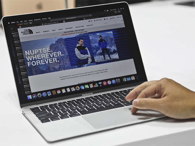 <p>Nearly 10 years after the launch of the first MacBook Air by the late Steve Jobs, his successor Tim Cook presented on Tuesday the latest version of this PC, just 1.56 cm thick, compared to 1.94 cm (0.75 inches).<br> <br> This model was made with 100 percent recycled aluminum and recycled plastic, a change which reduces its carbon footprint, Apple said.<br> <br> In its most basic model, with 128 gigabytes of memory, the MacBook Air will be available November 7 in the United States at a price of $1,199, which is $200 more than the simplest current version of the computer.</p>