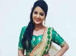 Chithra has a blast on Diwali; Watch videos