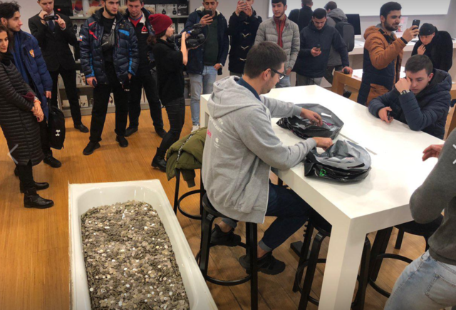 Man buys Apple iPhone XS by paying with a bathtub full of coins