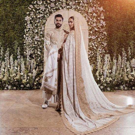 Ranveer Singh and Deepika Padukone's first pictures from their Mumbai reception will leave you mesmerised!