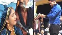Dollars showered at folk singer in Navsari