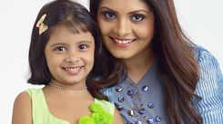 Actress Gayathri Arun and daughter try mentalism!
