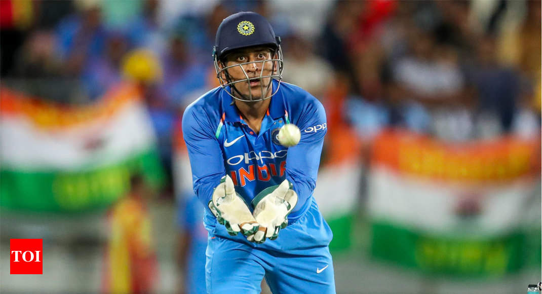 'Lightning quick' Dhoni shows his love for Indian flag