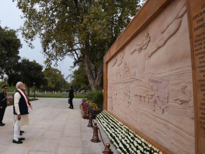 National War Memorial: Bronze murals depicting battles made