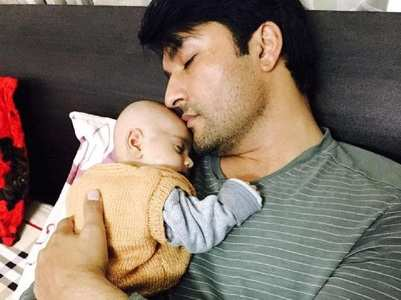 Anas' new pic with his daughter is too cute