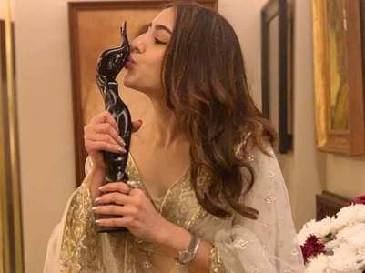 Sara Ali Khan poses with her trophy