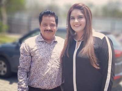 Anjali's fan moment with Udit Narayan