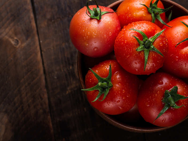 How tomatoes help in treating blackheads and whiteheads naturally
