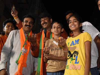 Dawn to dusk: Manoj Tiwari steps up campaign - Times of India
