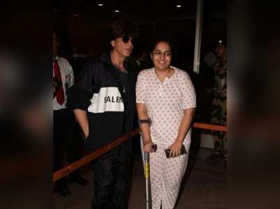Photos: SRK stops by to pose with a fan