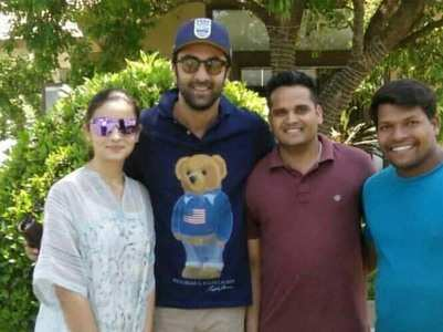 Ranbir-Alia pose for a picture with fans