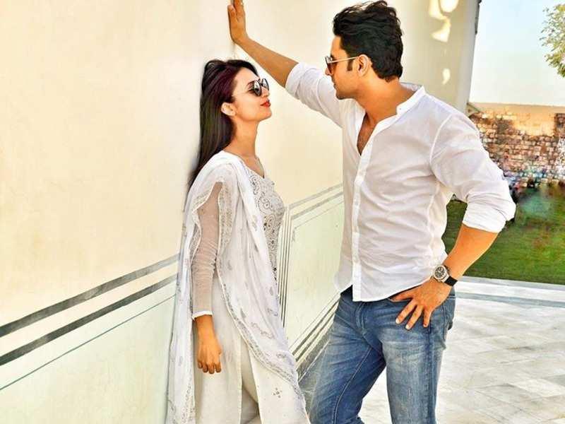 Yeh Hai Mohabbatein's Divyanka Tripathi Dahiya shares a romantic picture with husband Vivek