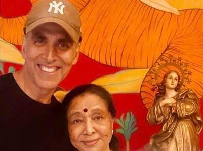 Akshay shares a picture with Asha Bhosale