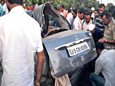 Five killed as car crashes into truck near Navsari | Surat