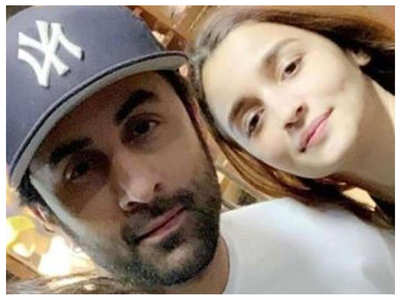 Alia Bhatt poses with Ranbir and his family