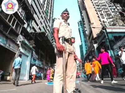 After #SareeTwitter, Mumbai police shows-off #KhakiSwag. Internet feels proud!