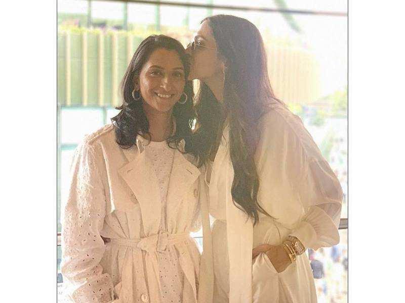Deepika Padukone plants a peck on sister Anisha Padukone at the Wimbledon Finals
