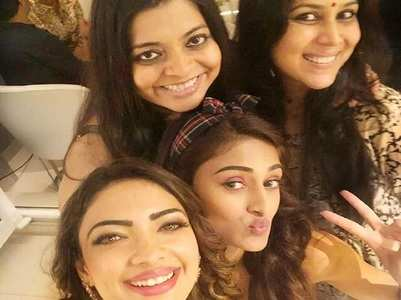 Erica, Pooja click a selfie with Sakshi