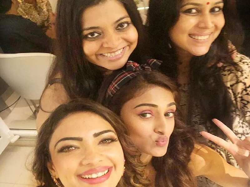 Kasautii Zindagii Kay's Erica Fernandes and Pooja Banerjee click a happy selfie with Sakshi Tanwar