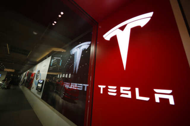Tesla reports $408 million net loss, top executive to leave