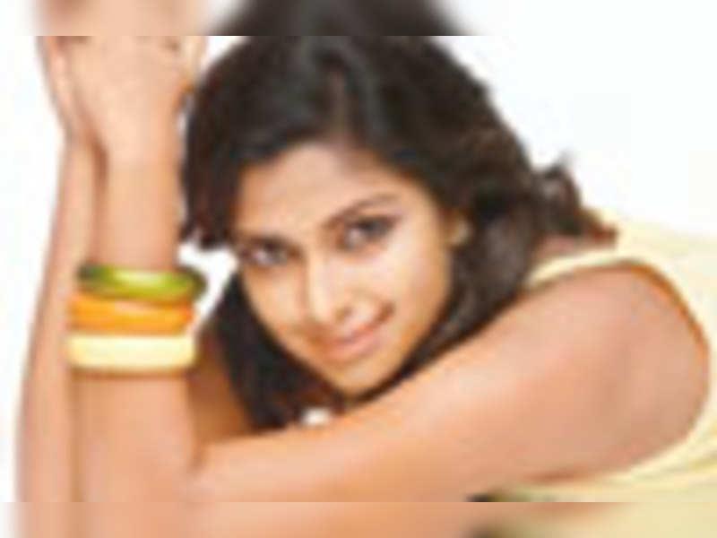 Amala, Oviya's cut throat competition