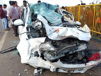 car-truck mishap: Vijayawada: Six commuters from Hyderabad