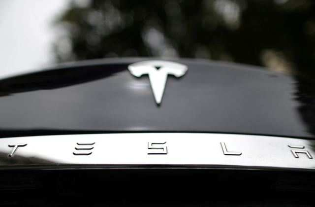 Tesla electric car explodes, after hitting tow truck
