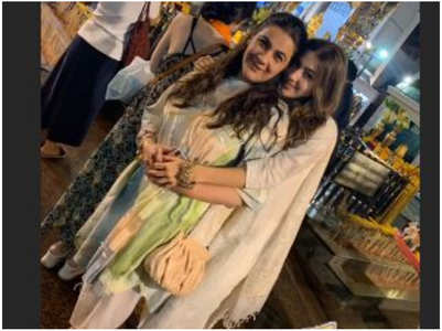 Sara & her mother Amrita Singh visit a temple