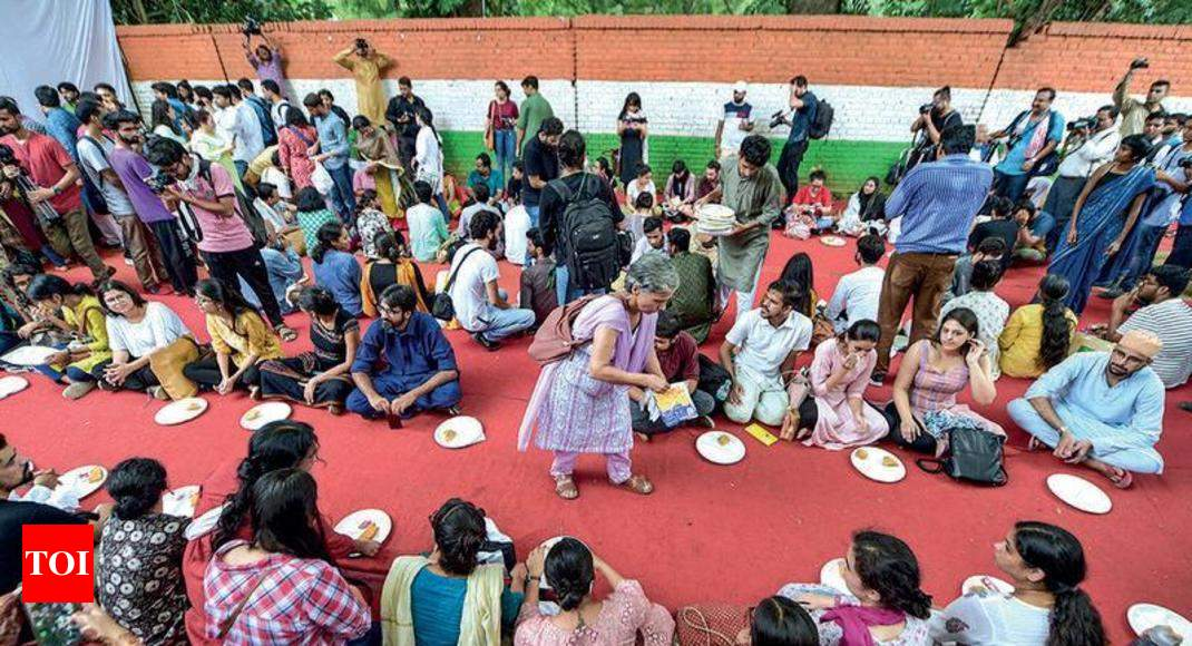 On Eid, Kashmiri students recall memories of home - Times of India