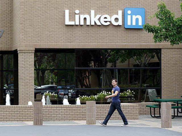 LinkedIn may soon join the Dark Mode bandwagon