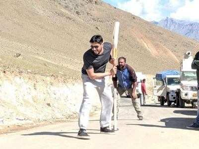 Shershaah: Sidharth plays cricket on sets