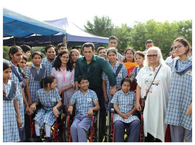 Salman receives gift from specially-abled kids