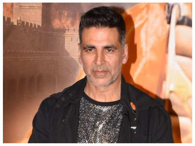 Akshay clicks selfies with fans in London