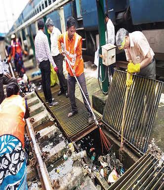 Churchgate-Virar tracks throw up 16,000 kg garbage