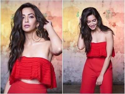 Hot! Kriti sizzles in her sexy red crop-top