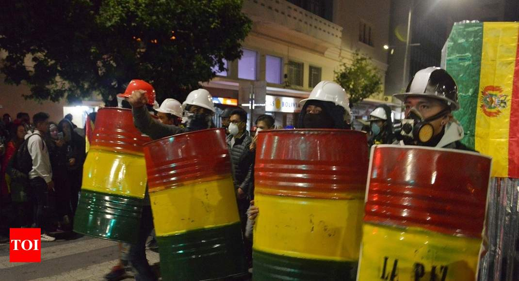 Dissent spreads in Bolivia's police amid political unrest thumbnail