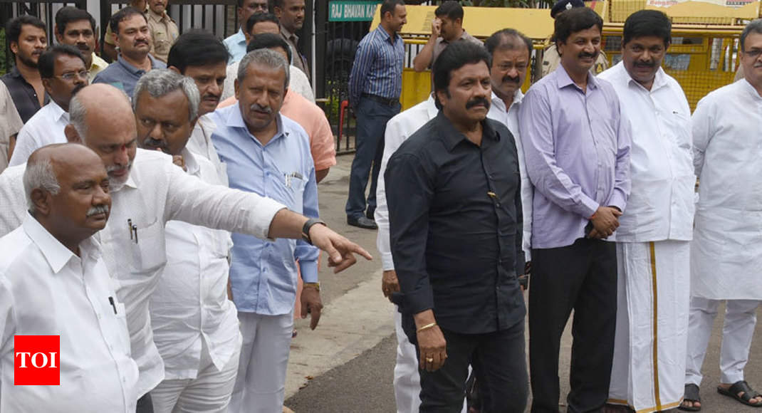 SC upholds disqualification but allows rebel Karnataka MLAs to contest bypolls