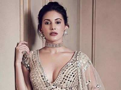 Amyra looks regal in traditional outfit