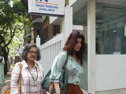 Twinkle visits Dimple Kapadia at a hospital